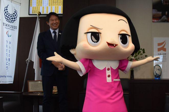 スポーツ庁の女性スポーツ促進キャンペーンのアンバサダーに就任したチコちゃんと鈴木大地長官