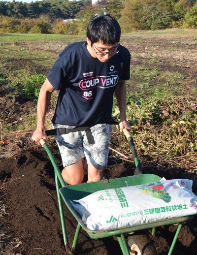 裏技で農場作業をした農学部3年高橋極さんも「あれ、軽い」