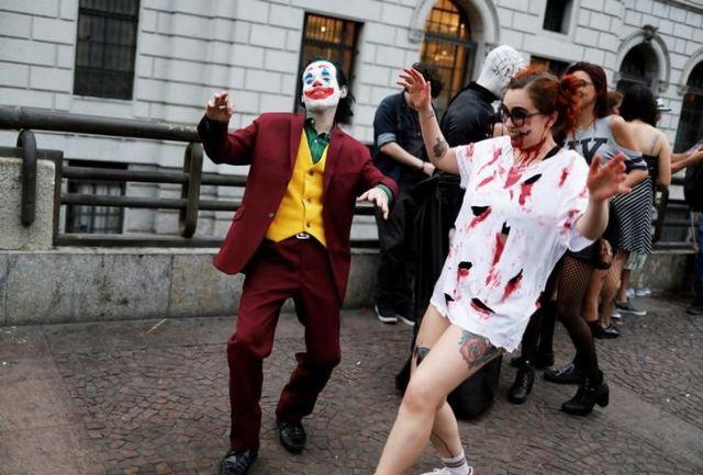 ジョーカーの格好で歩く人=ブラジル・サンパウロ、ロイター