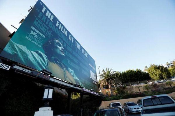 映画「ジョーカー」の看板=ロサンゼルス、ロイター