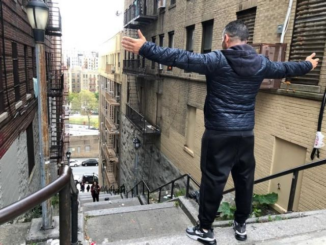 映画「ジョーカー」に出てくる階段でポーズをとる旅行者=ロイター