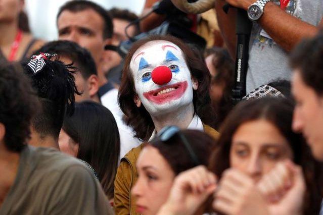 ベネチア国際映画祭でジョーカーのコスプレをする観客=ロイター