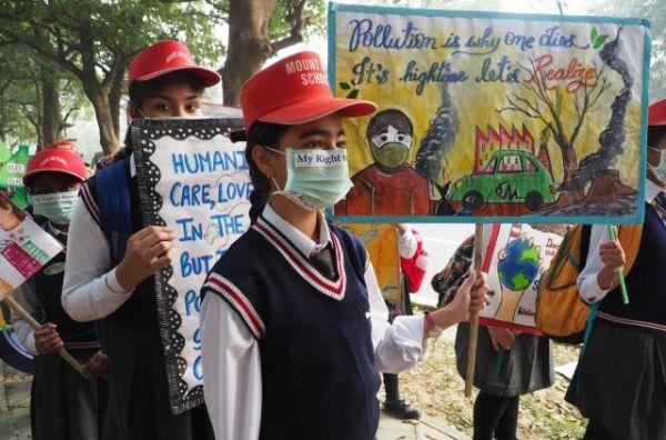 首都ニューデリーで、大気汚染の改善を求める子どもたち=奈良部健撮影