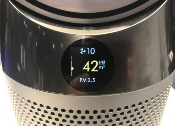 PM2.5の数値を示す空気清浄器=奈良部健撮影
