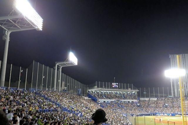 神宮球場のナイター照明=東京都新宿区