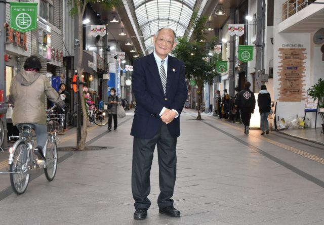 日高耕平さんは若草通商店街で生まれ育ち、以前は自身の店を構えた=2018年12月、宮崎市