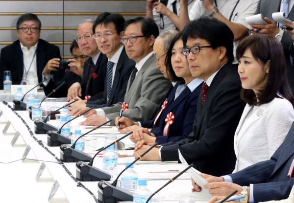 1億総活躍国民会議で同席した菊池桃子さん(右)と新原浩朗さん(左)=首相官邸