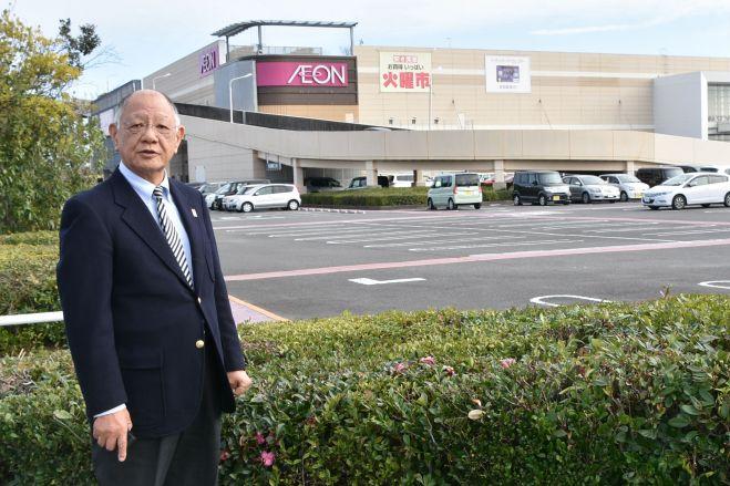 イオンモール宮崎の前に立つ日高耕平さん