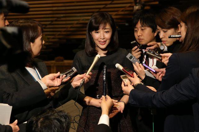 1億総活躍国民会議を終え、報道陣の質問に答える菊池桃子さん=首相官邸、飯塚晋一撮影