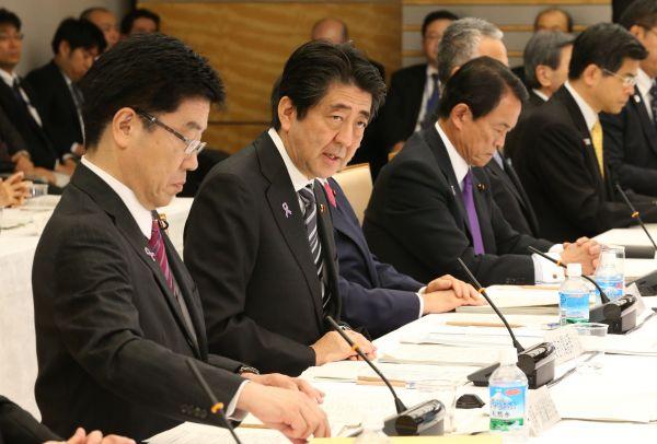 1億総活躍国民会議であいさつする安倍晋三首相(左から2人目)=首相官邸、飯塚晋一撮影