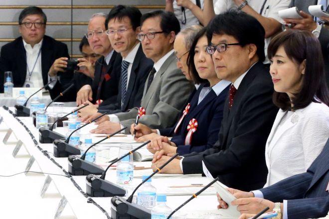 1億総活躍国民会議で同席した菊池桃子さん(右)と新原浩朗さん(左)