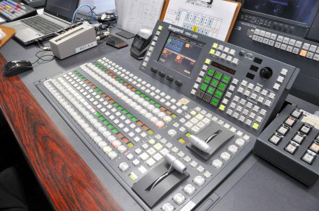 スイッチャーが座る席には、スコアボードを操作するためのスイッチが並ぶ=東京都新宿区の神宮球場、榊原謙撮影