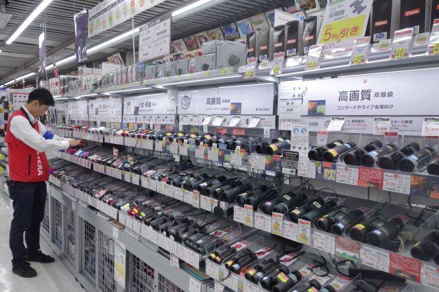 家電量販店の双眼鏡売り場=東京都千代田区