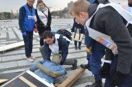 東京都が催した外国人向けの防災訓練。がれきの下敷きになった人を助ける方法を学ぶ参加者=2017年1月