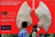 大気汚染の体への影響を警告するパネル=ロイター