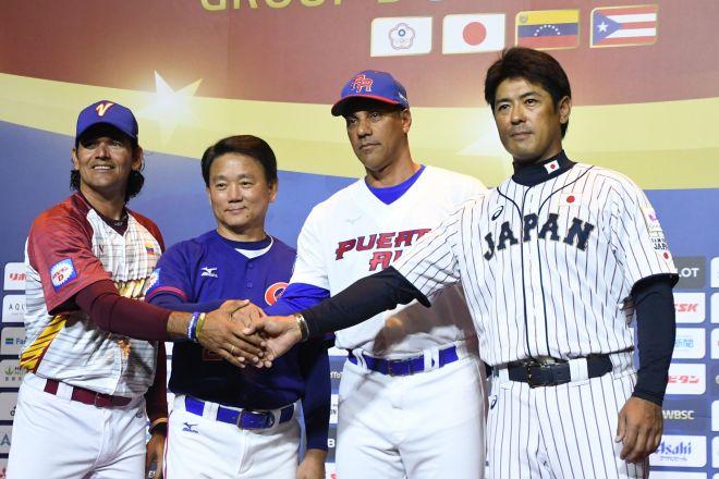 握手を交わす「プレミア12」出場チームの監督たち。右端は日本代表「侍ジャパン」の稲葉監督