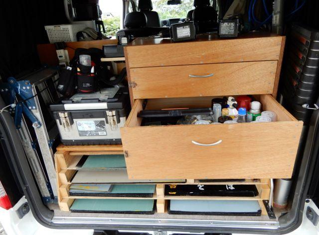 日産キャラバンの荷室に据え付けられた作業棚。道具箱には様々な機具が収まる
