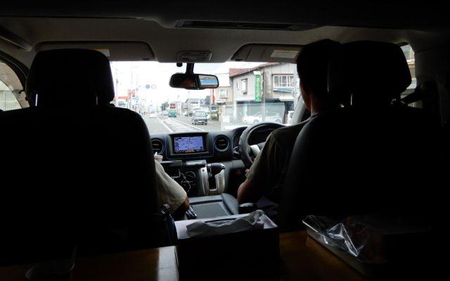 車中からめぼしい場所を探す看板部隊の2人