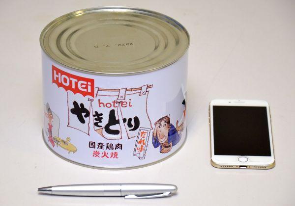 「やきとり たれ味」の大型缶。通常品と比べるとその大きさがよくわかります