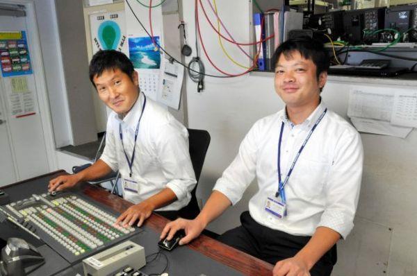 神宮球場でスイッチャーを務める松本賢太さん(左)と佐々木優也さん=東京都新宿区、榊原謙撮影