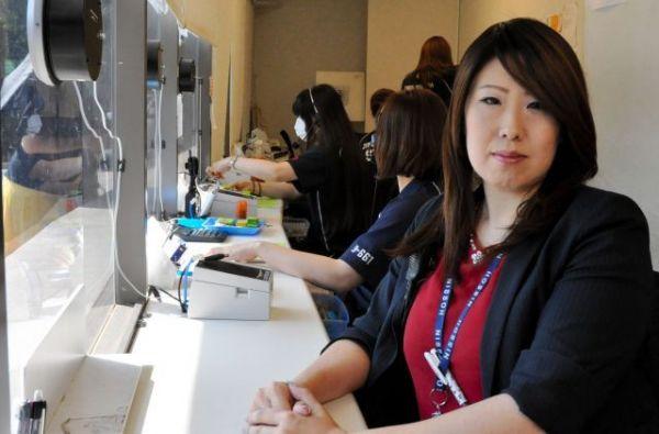 神宮球場のチケットボックスに座る上島美紀さん。近年は販売員の指導に注力する=2019年9月、東京都新宿区、榊原謙撮影