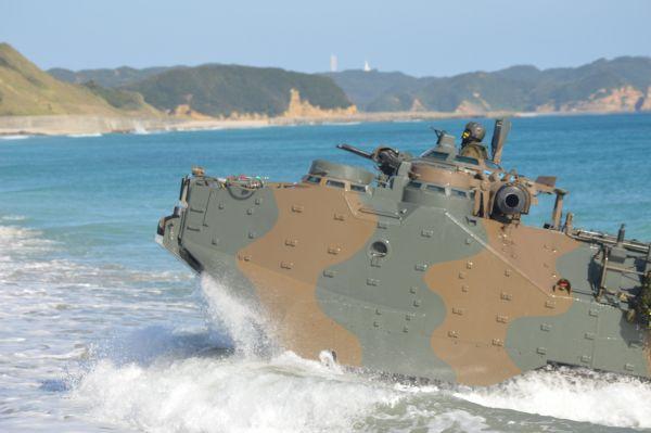 上陸する陸自の水陸両用車=11月14日昼、鹿児島県南種子町の前之浜
