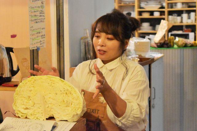 「外葉は炒め物、中心は千切りにあう」など、実物を示しながら札幌大球の食べ方を伝えるスープソムリエの境珠美さん