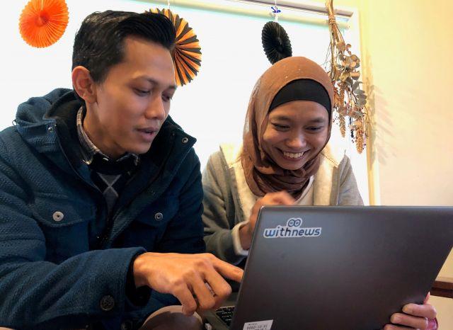 「やさしい日本語、よめますよ」とユダさん(左)とプスピタさん