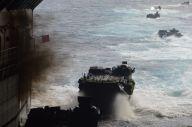 離島奪回訓練で黒煙を上げ、荒れる海へ次々と発進する陸自の水陸両用車AAV7=11月14日午前、太平洋上の海自輸送艦「くにさき」艦内。藤田撮影