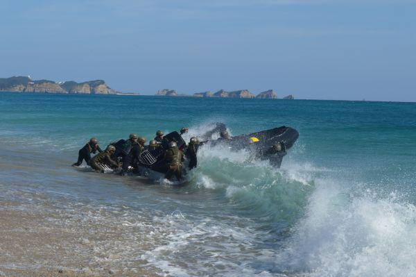 種子島での離島奪回訓練で上陸した陸自水陸機動団の情報小隊=11月14日昼、鹿児島県南種子町の前之浜