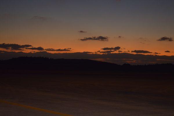 帰途、種子島空港の夕暮れ=11月14日夕