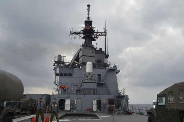 海自最大の「おおすみ」型輸送艦「くにさき」の甲板。ヘリで着くと大きく横揺れしていた=11月14日午前、太平洋上