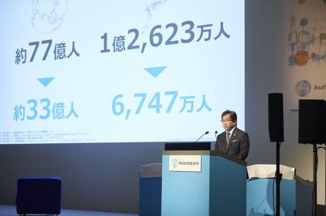 世界(左)と日本(右)の総人口と就労人口について説明する是川氏