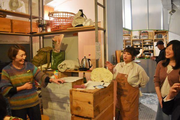 境さんとイベントを企画した林美貴さん(左)と岩瀬友理さん