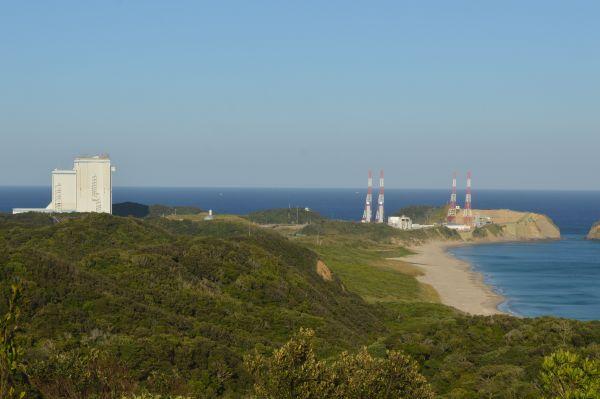 種子島宇宙センターにある大型ロケットの組立棟(左)と発射場(右)=11月14日午後