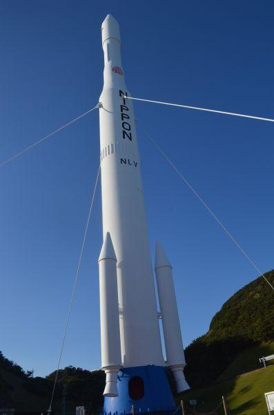 宇宙航空研究開発機構(JAXA)の種子島宇宙センターに立つ約32mのN-1ロケット実物大模型=11月14日午後、鹿児島県南種子町茎永麻津