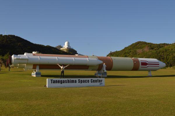 種子島宇宙センターにある約50mのH-Ⅱロケット実物大模型=11月14日午後