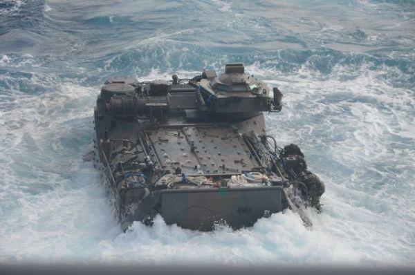 海自輸送艦「くにさき」のドックから発進直後、重みでいったん沈み込む陸自の水陸両用車=11月14日午前、太平洋上の「くにさき」艦上