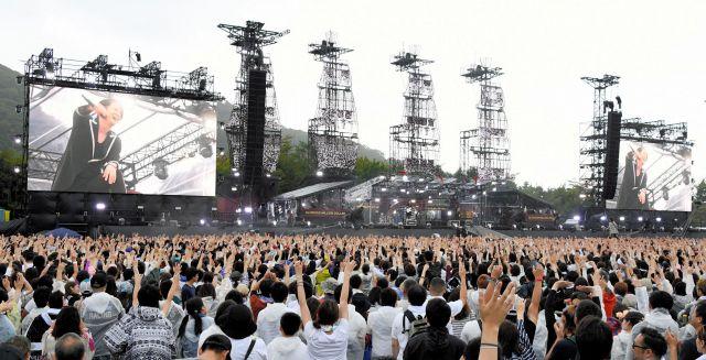 5万人を集めた地元凱旋ライブ。手を振って声援を送る観客ら=2018年8月25日、北海道函館市、白井伸洋撮影
