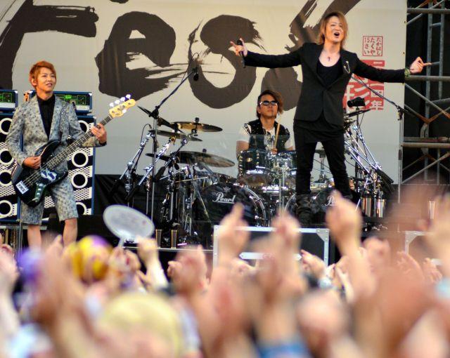 東北六魂祭で演奏するGLAYのメンバー。右はTERUさん、左がJIROさん=2014年5月25日、山形市の霞城公園