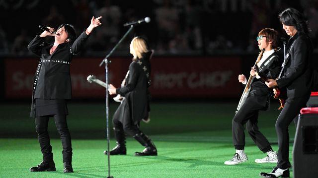札幌ドームのグラウンドで演奏を披露するGLAYのメンバー=2016年5月5日、白井伸洋撮影