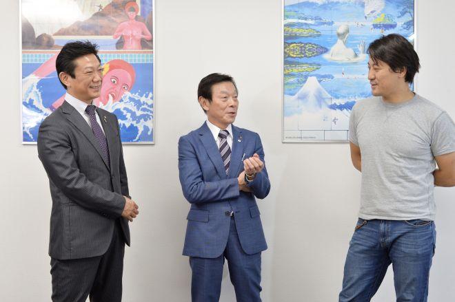 写真左から常務理事の佐伯さん、理事長の近藤さん、ヨッピーさん