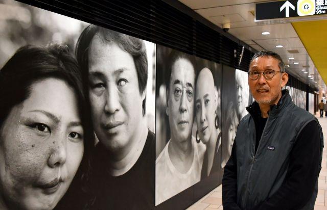 東京メトロ表参道駅のコンコースに展示された作品と写真家の宮本直孝さん=東京都港区、仙波理撮影