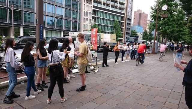 7月23日のデモ様子。多くの留学生がデモを応援しました。