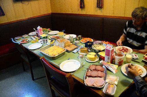 捕鯨船でのある日の夕食