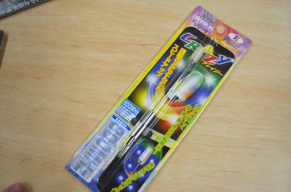 「新世紀PIKAシリーズ」という何らかのアニメの影響を受けているシリーズ名のアンテナ「クレイジー」。4色のLEDが光る。
