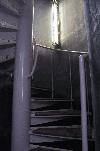 地下通路「荒木トンネル」のらせん階段。これを上ると、神宮球場の中に出る