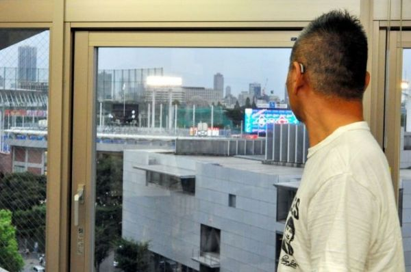オフィスの窓から神宮球場を眺める糸井重里さん=2019年9月、東京都港区、榊原謙撮影