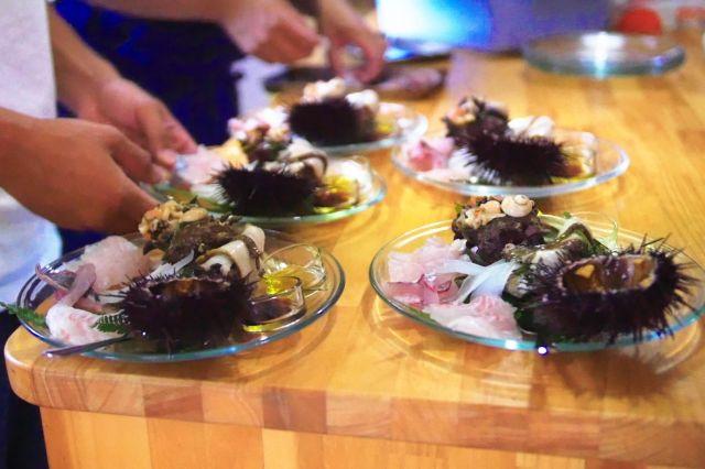 秀明さんの採ったアワビとサザエがレストランに並ぶ