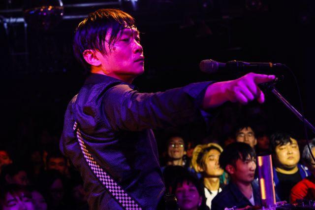 「Re-TROS」のライブ会場の風景、メインボーカルの華東さん